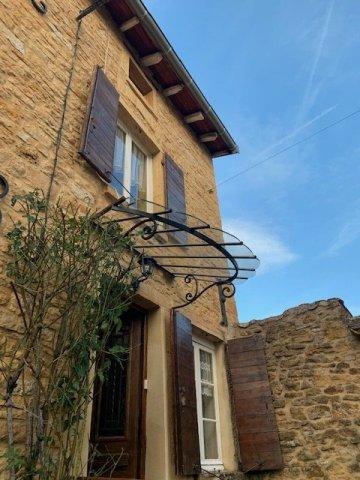Pose d'une marquise de porte d'entrée à Pouilly-le-Monial