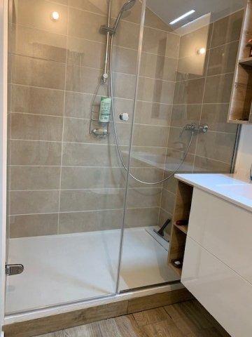 Entreprise de vitrerie pour la pose d'une paroi de douche sur mesure